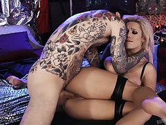 Dude plays with juicy big boobies and fucks the wet pussy belonged to Luna Skye