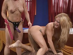 Fruity mating happening is sometning special for Lea Lexus and Amy Brooke
