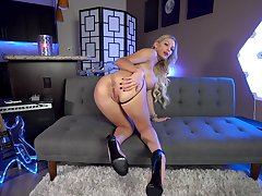 Kenzie Taylor adores to show her naked and perfect body to the camera